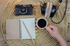 放松饮料咖啡在黄麻绳索写书 免版税库存图片