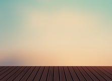 放松,假期,假日,有早晨浅兰的天空的木纹理地板阳台在自然风景背景中 免版税库存图片