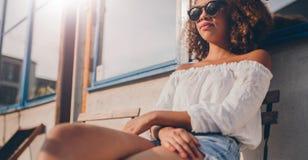 放松年轻非洲的妇女户外 图库摄影