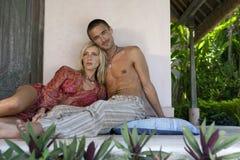 放松1个巴厘岛夫妇的庭院 免版税库存图片