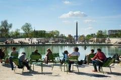 放松Tuileries庭院的人们 免版税图库摄影