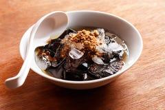 放牧在糖浆的果冻点心与冰和红糖 免版税图库摄影