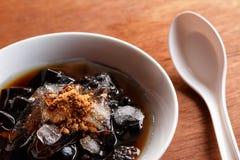 放牧在糖浆的果冻点心与冰和红糖 免版税库存照片