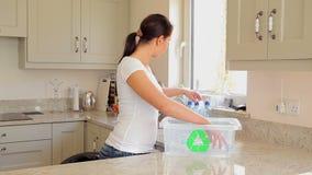 放瓶的妇女入回收站 影视素材