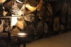 放石头的钢滤栅入餐馆的内墙有使用的轻的uplights 库存图片