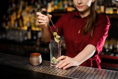 放石灰的三个片断女性侍酒者入玻璃 免版税库存图片