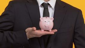 放硬币的商人入存钱罐,投资,项目财务  股票视频