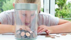 放硬币的女孩入瓶子 股票视频