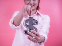 放硬币的妇女手入财政标志银行 未来、事务、保存的金钱、经济和投资的概念 免版税库存照片