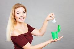 放纸的妇女入小垃圾箱 免版税库存图片