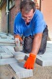 放置一个新的露台地板的建造者在房子 免版税库存照片