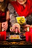 放置与客户的占卜者占卜用的纸牌 库存图片