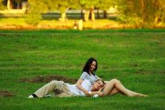 放置公园的夫妇草坪 图库摄影