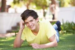 放置公园纵向的男孩少年 库存图片