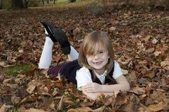放置叶子的女孩 库存照片