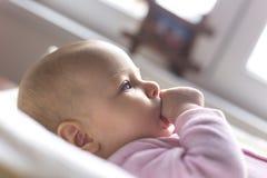 放置在一张改变的桌的一个微笑的婴孩的画象 免版税库存照片
