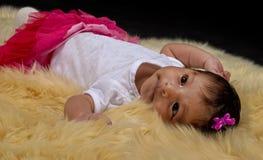 放置在一条软的毯子的新出生的女婴 免版税库存照片