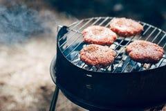 放置在与火的烤肉和烟的可口烤牛肉肉在森林野餐格栅假期 免版税库存照片