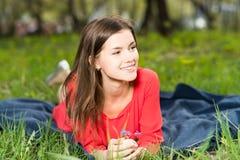 放置在公园的美丽的女孩 免版税图库摄影