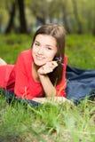 放置在公园的美丽的女孩 免版税库存照片
