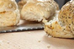 放置在厨房worktop的种子小圆面包 免版税库存照片