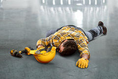 放置在地板的受伤的工作者 库存照片