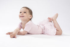 放置在地板的可爱和逗人喜爱的白种人女孩 库存照片