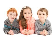 放置在地板的愉快的孩子 免版税库存图片
