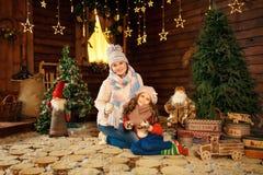 放置在地板的母亲和女儿全家福用逗人喜爱的兔子 圣诞节装饰装饰新家庭想法 免版税库存图片