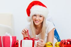 放置在地毯的圣诞老人帽子的妇女 库存照片