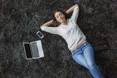 放置在地毯的妇女 免版税库存照片