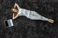 放置在地毯的妇女 库存照片