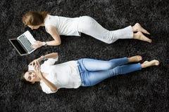 放置在地毯的少妇 免版税库存图片