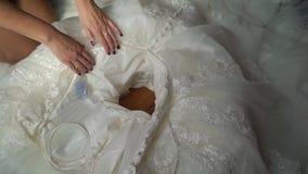 放置在她的空白婚礼礼服的新娘 股票视频