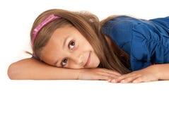 放置在她的胳膊的逗人喜爱的肤色黝黑的女孩 免版税图库摄影