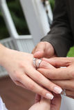 放置在婚戒 免版税库存照片