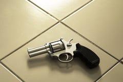 放置在室地板的左轮手枪枪 库存照片