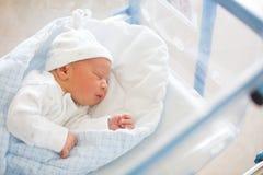 放置在小儿床的新出生的婴孩在产前医院 免版税图库摄影