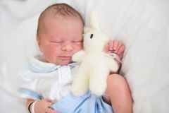放置在小儿床的新出生的婴孩在产前医院 免版税库存图片