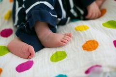 放置在小儿床的新出生的婴孩在产前医院 库存照片
