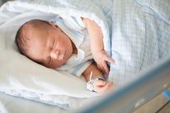 放置在小儿床的新出生的婴孩在产前医院 图库摄影