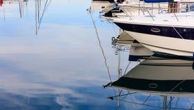 放置在小游艇船坞的小船的反射在拉纳卡,塞浦路斯 蓝天和海背景 库存图片