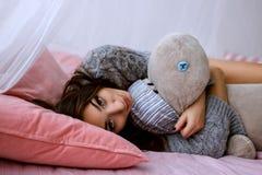 放置在床上的俏丽的女孩 免版税库存图片