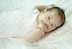 放置在床的亚裔女婴 免版税图库摄影