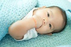 放置在床的亚裔女婴 库存图片