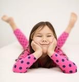 放置在床的逗人喜爱的女孩 库存图片