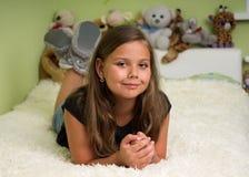 放置在床的逗人喜爱的小女孩 库存图片