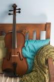 放置在扶手椅子#2的中提琴 免版税库存图片