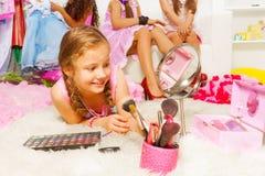 放置在有刷子的蓬松白色地毯的女孩 免版税库存图片