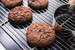 放置在机架的被烘烤的巧克力曲奇饼 免版税库存照片